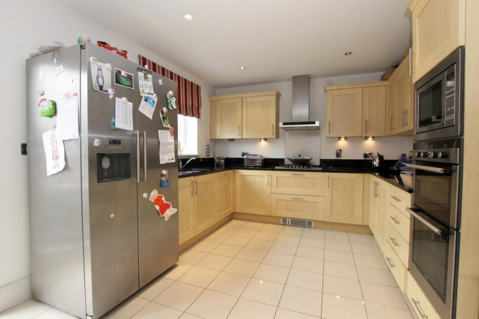 Property to Rent in 4 Bed Detached house for Rent, Esher, United Kingdom