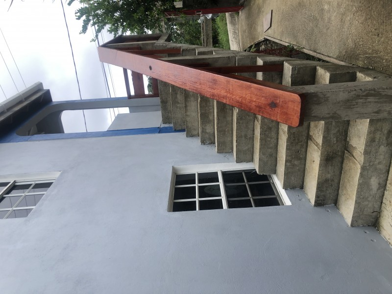 Left side entrance to upstairs